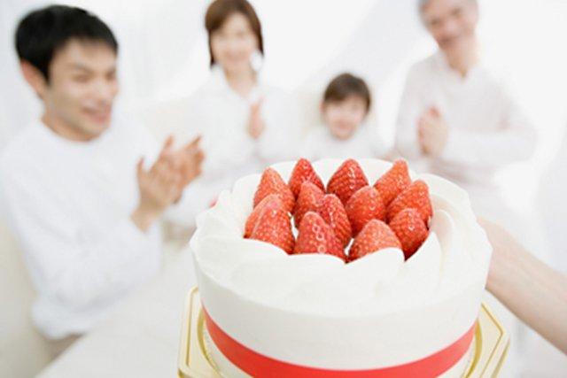 祝う家族とケーキ