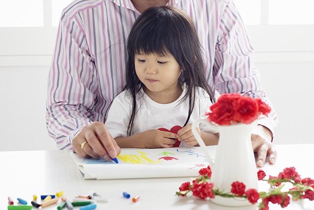 似顔絵を描く親子
