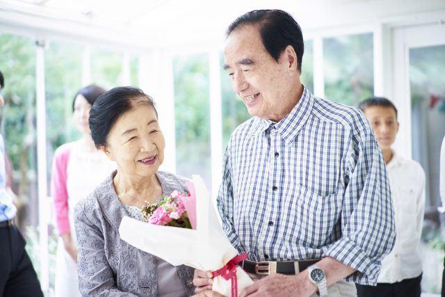 花束をもらうおじいちゃんとおばあちゃん
