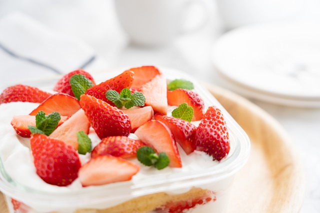 赤い果物のケーキ