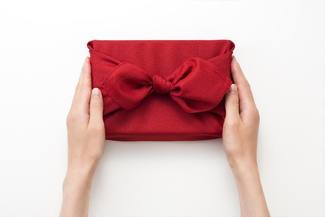 還暦プレゼントを渡す女性